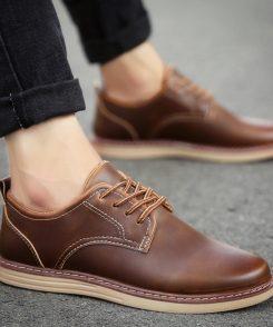 """Mỗi người có một dáng người và phong cách thời trang khác nhau, vậy làm sao để chọn giày phù hợp cho nam giới có dáng thấp lùn? Và làm thế nào để chọn cho mình một đôi giày vừa vặn, hợp thời mà trông lại cao hơn? Hãy cùng Brotherconcept bỏ túi những bí quyết sau đây nhé: 1. Chọn giày da nam có size vừa vặn với bàn chân Với mọi vóc dáng cơ thể, các chàng đều không muốn mang những đôi giày quá rộng hoặc quá chật so với bàn chân của mình. Những đôi giày nam đẹp phù hợp giúp từng bước đi của bạn thoải mái, nhẹ nhàng và tự tin hơn. 2. Nên chọn giày da nam kiểu dáng ôm gọn chân Chọn giày nam đẹp phải đặc biệt lưu ý đến kiểu dáng của nó. Bởi những người hơi khiêm tốn về chiều cao thì không nên chọn những mẫu giày da kiểu cách, rườm rà, bởi nó không những không làm cho bạn cao hơn mà có thể còn tác dụng ngược lại. Vì vậy, các bạn nên chọn những mẫu giày với thiết kế dáng ôm chân, thon gọn. Điều này sẽ giúp bạn trông cao hơn trong mắt của người đối diện. 3. Chọn giày mũi tròn và có đế cao. Những người bé, thấp nên mũi giày thon nhẹ mà không quá nhọn. Giày mũi nhọn luôn thu hút sự chú ý vào phần dưới của cơ thể thay vì phần trên. Đây là điều tối kị khi chọn một đôi giày cho người có chiều cao khiêm tốn. Bởi vì giày mũi nhọn sẽ khiến người khác chú ý nhiều vào đôi chân của mình khi mà bạn muốn nổi bật ở những phần khác nữa. Những đôi giày mũi nhọn sẽ tạo cảm giác cơ thể bạn dường như bị gầy và thấp hơn. Gọn gàng, đơn giản, là ưu điểm của giày mũi tròn. Kiểu giày này rất thích hợp cho người có chiều cao khiêm tốn. 4. Người thấp có nên mang giày da cổ cao? Những đôi giày cổ cao luôn có vẻ đẹp hấp dẫn, cuốn hút đấng mày râu. Thế nhưng, những đôi giày cổ cao với thiết kế cổ quá mắt cá chân sẽ bộc lộ khuyết điểm về chiều cao của những anh chàng """" nấm lùn"""". Nếu bạn quá yêu thích kiểu giày này, các bạn nên chọn giày da nam những mẫu cổ lửng, cá tính, phủi bụi. 5. Giày tăng chiều cao là lựa chọn tuyệt vời Đối với người có chiều cao khiêm tốn thì những mẫu giày nam tăng chiều cao là lự"""